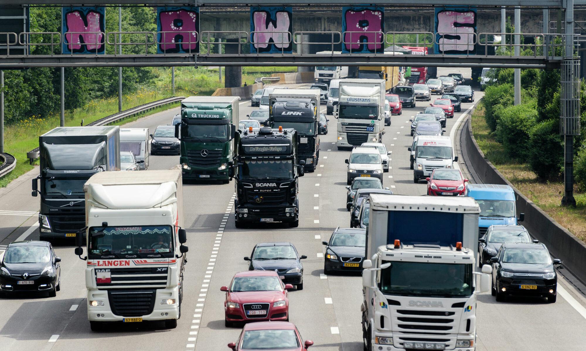 Vrachtwagens in file